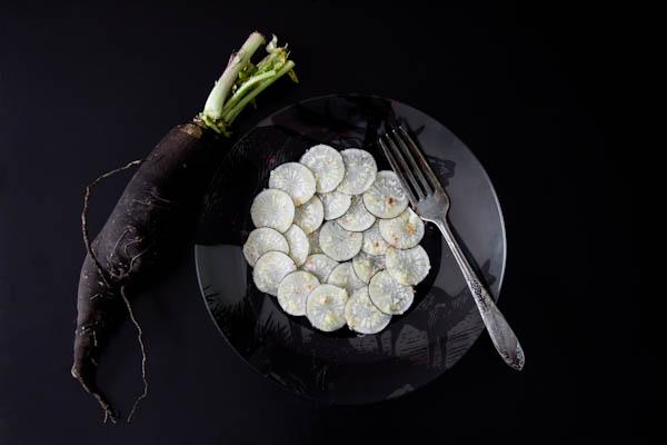 Photographie culinaire carpaccio de radis noir