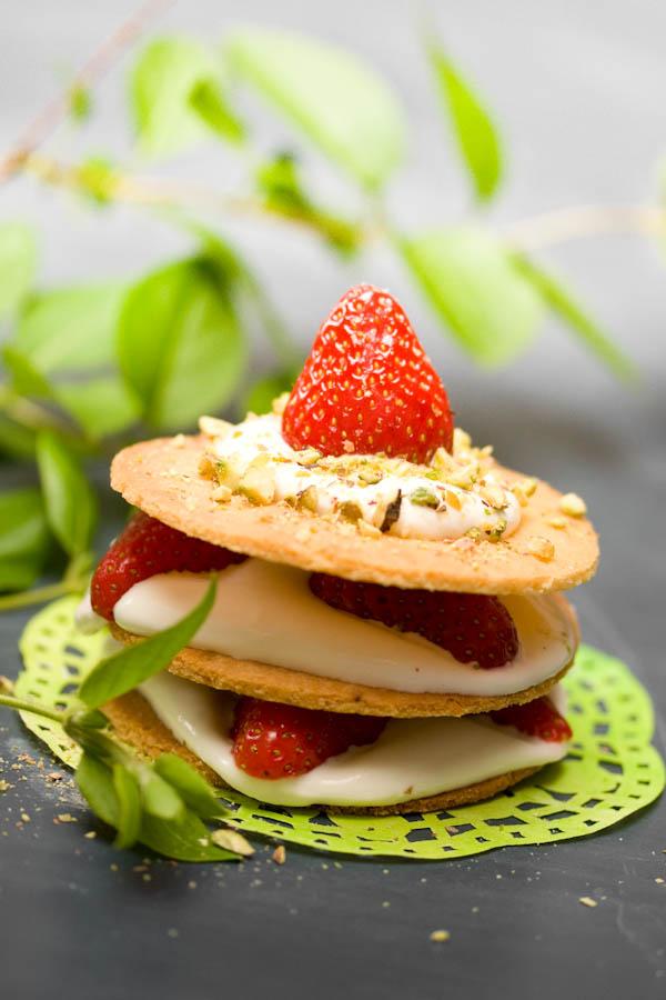 Photographie culinaire mille-feuille sablé aux fraises et à la ricotta