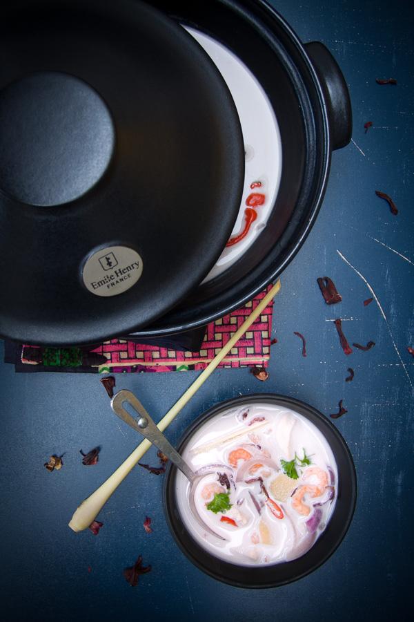 photographie culinaire soupe thaï de crevettes et poulet à l'hibiscus