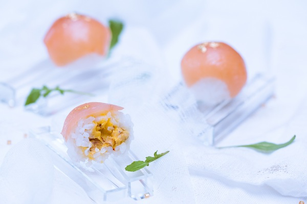 Photographie culinaire sushi balls à la truite fumée et coeur crousti-fondant au safran